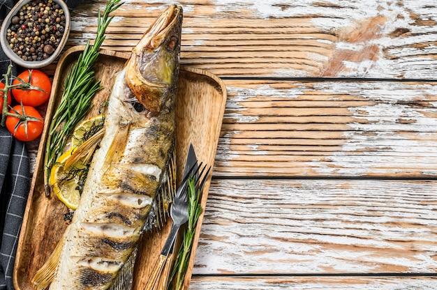 Peixe grelhado de poleiro