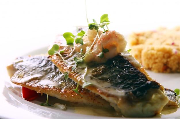 Peixe grelhado gourmet servido com camarão