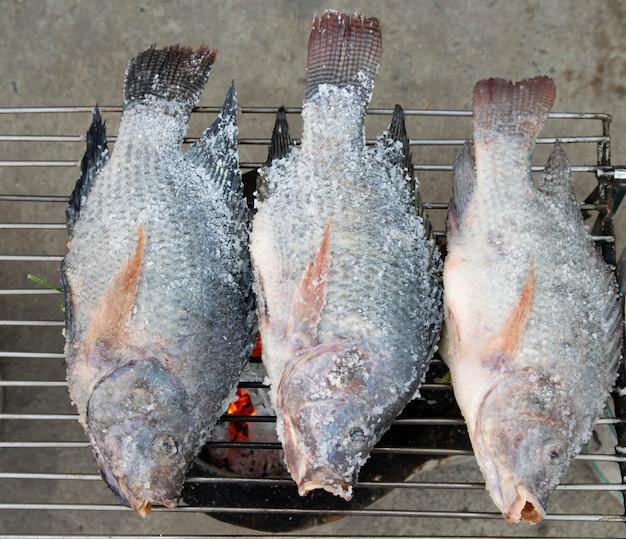 Peixe grelhado no fogão