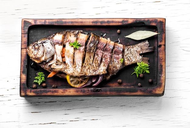 Peixe inteiro assado saboroso