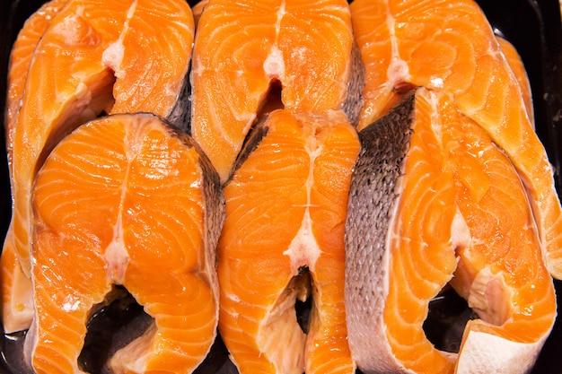 Peixe laranja no mercado. truta, salmão. textura de peixe