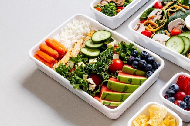 Peixe, legumes e frutas de alto ângulo