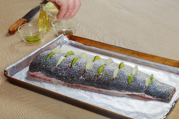 Peixe marinado com limão e cebola