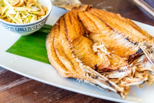 Peixe pargo frito em molho de peixe