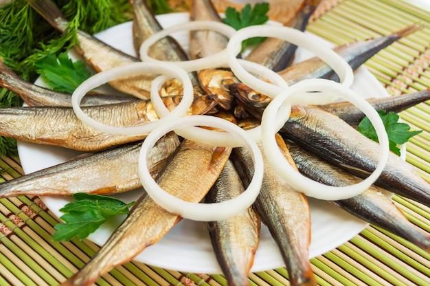 Peixe pequeno fumado (kilka, espadilha, arenque)