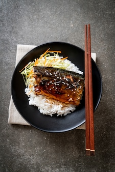 Peixe saba grelhado com molho teriyaki na tigela de arroz coberto