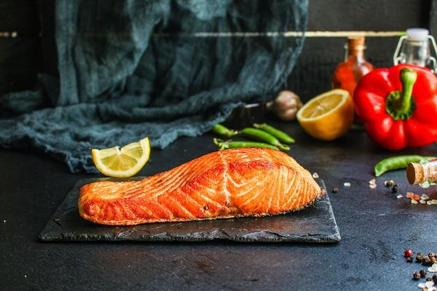 Peixe salmão assado churrasco churrasco refeição de frutos do mar saborosa porção