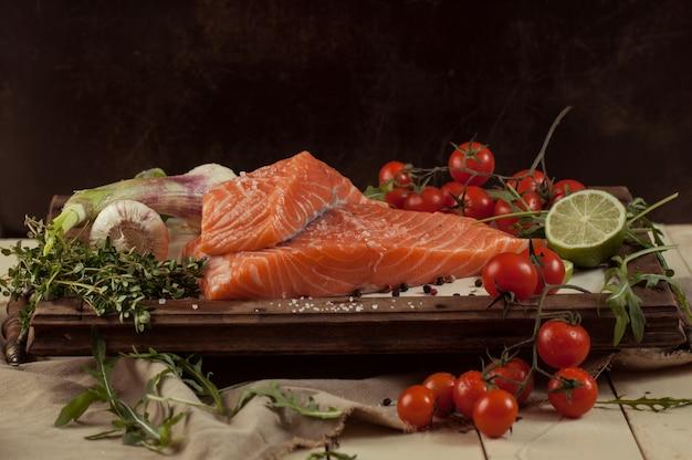 Peixe salmão com legumes e especiarias