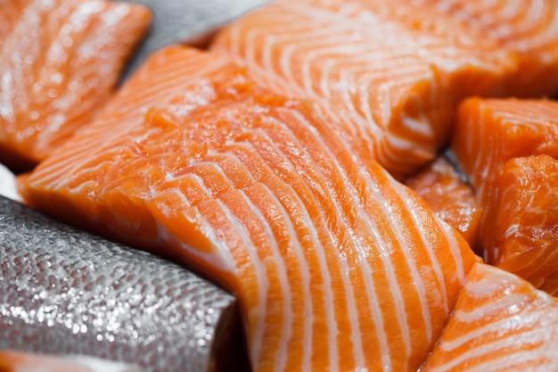 Peixe salmão, corte em pedaços a granel no mercado de peixes
