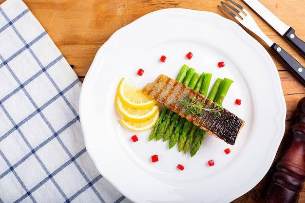 Peixe salmão cozinhando comida para o almoço