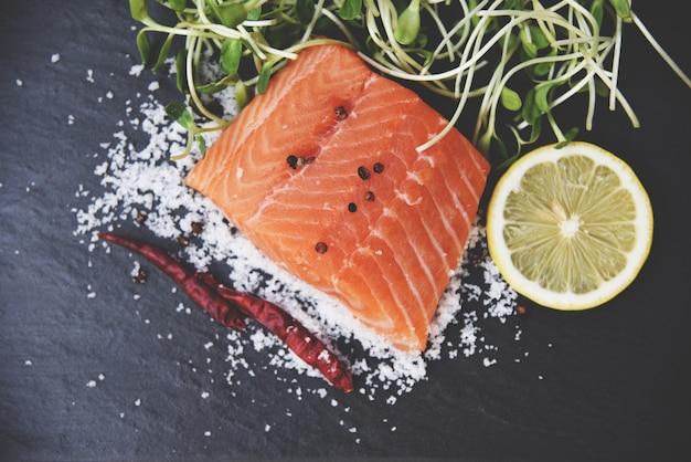 Peixe salmão cru frutos do mar com tomate limão ervas especiarias e broto de girassol