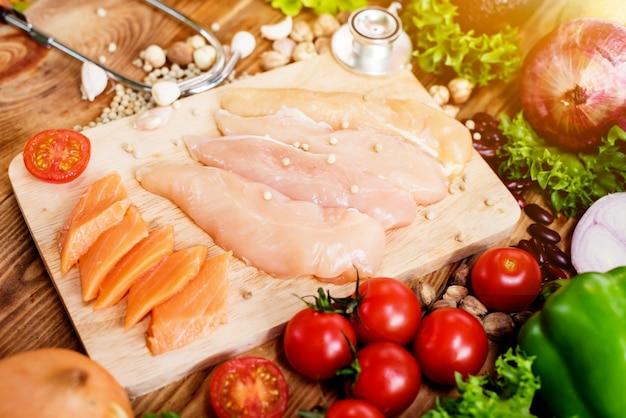Peixe salmão fresco e frango com legumes para cozinhar salada de bife. alimentos saudáveis e dietéticos.