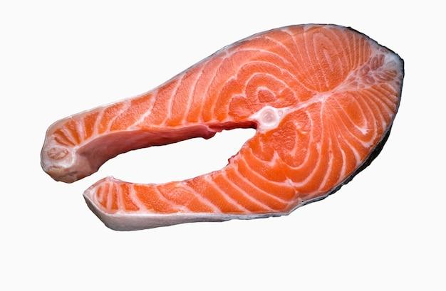 Peixe salmão fresco isolado no branco.