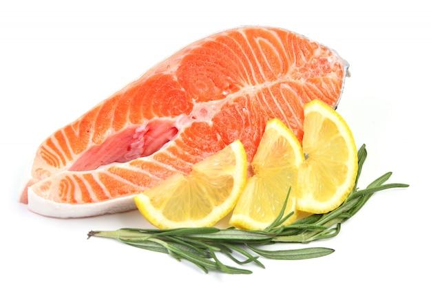 Peixe salmão isolado