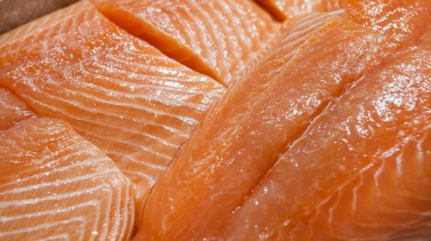 Peixe salmão no gelo, filé cru fresco e refrigerado, na peixaria.