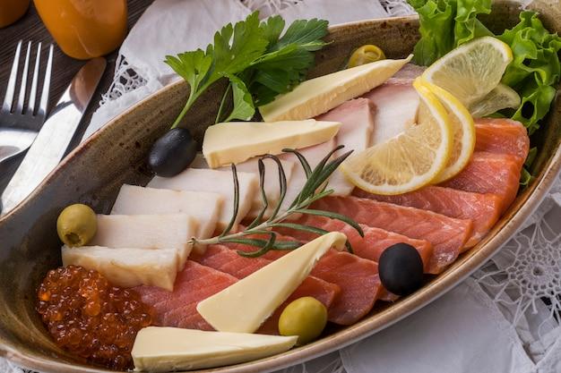 Peixe sortido de salmão e alabote. aperitivo frio
