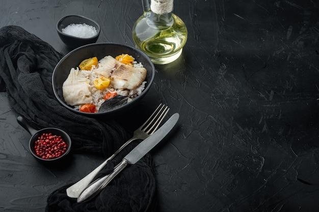 Peixe tilápia com arroz basmati e tomate cereja, em uma tigela, em fundo preto com espaço de cópia para o texto