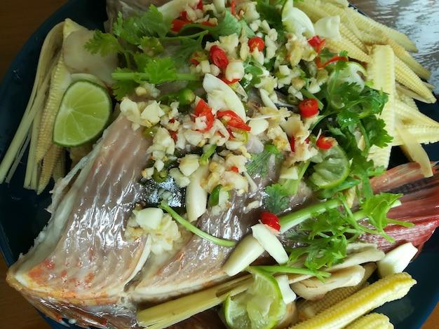 Peixe tilápia vermelha no vapor com molho de pimenta e lima