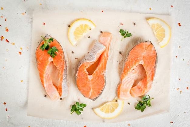 Peixe truta crua, salmão.