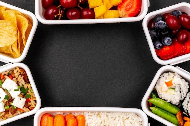 Peixe, vegetais e frutas enquadram a vista superior