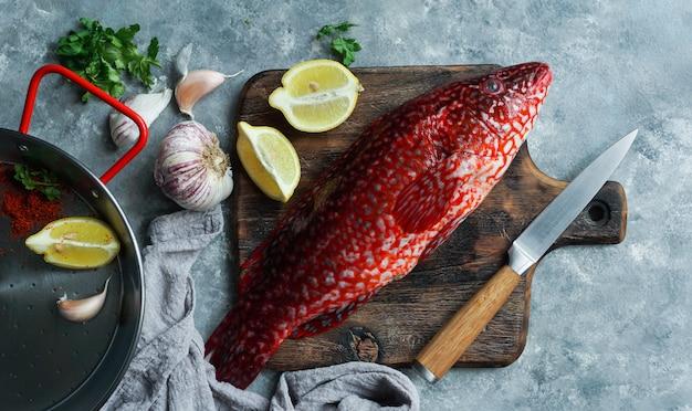 Peixe vermelho, ballan wrasse cru fresco pronto para ser cozido