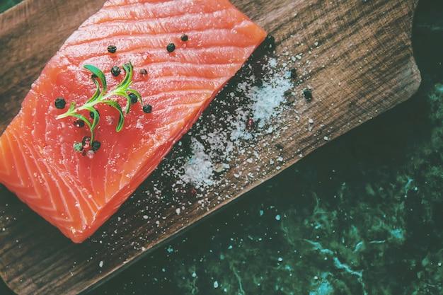 Peixe vermelho. foco seletivo. comida e bebida.