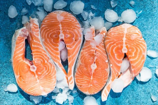 Peixe vermelho salmão cru. culinária, frutos do mar. conceito de comida saudável. vista do topo