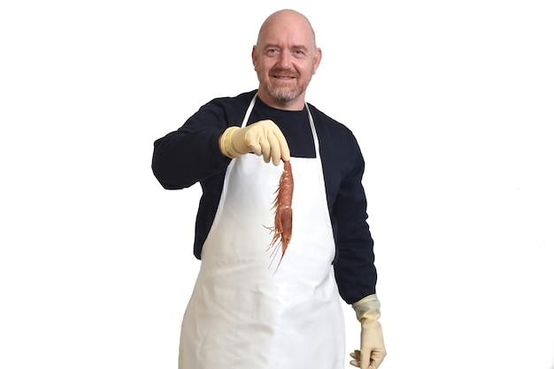 Peixeiro mostrando camarões no fundo branco