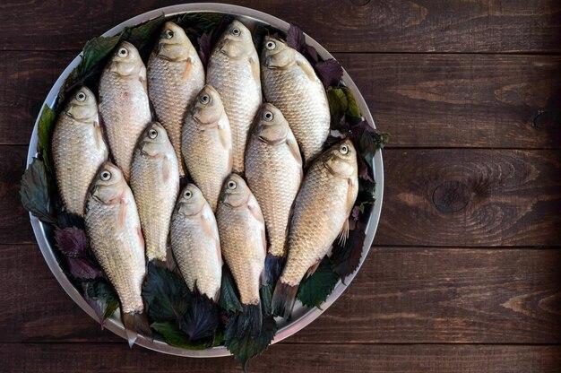 Peixes crus em bandeja de metal