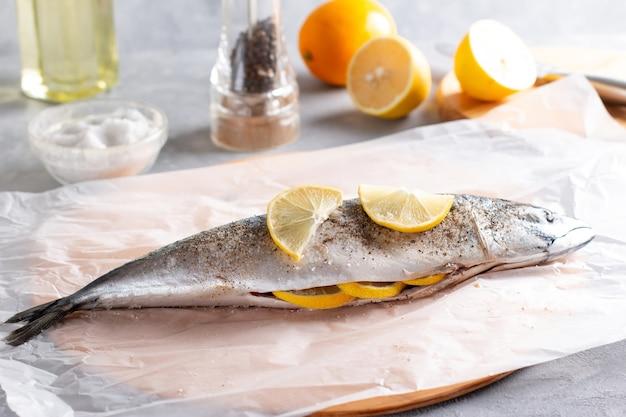 Peixes de cavala prontos para cozinhar decorados com rodelas de limão
