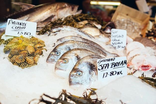 Peixes do mar bream e outros frutos do mar recém pescados em exibição no borough market em londres