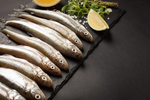 Peixes frescos mar cheiros ou sardinhas.