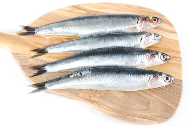 Peixes na tábua de madeira