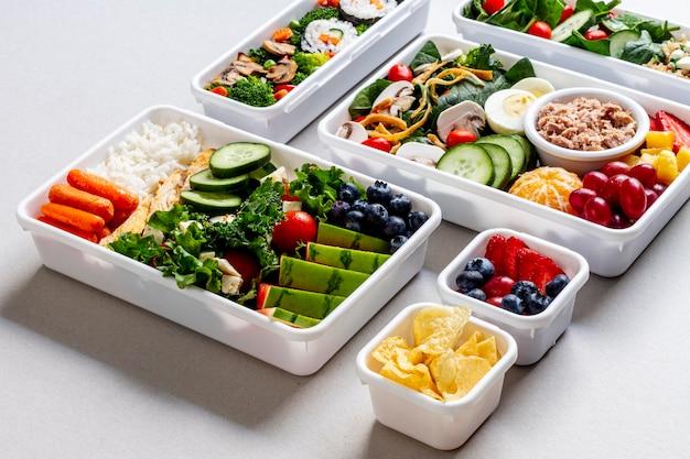 Peixes, vegetais e frutas de alto ângulo