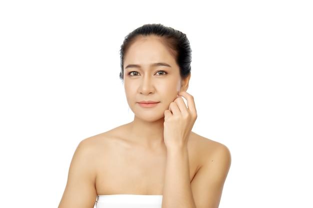 Pele fresca limpa da mulher asiática nova no branco
