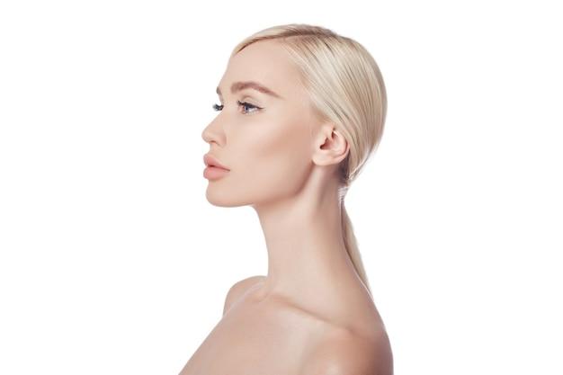 Pele perfeita e limpa de mulher, um cosmético para rugas. efeito rejuvenescedor no cuidado da pele. limpe os poros sem rugas.