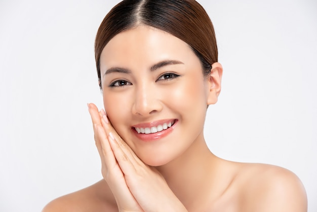Pele radiante mulher asiática sorrindo isolado, para o conceito de beleza