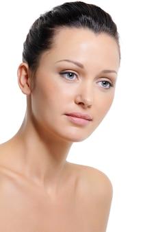 Pele saudável e frescor da tez do rosto feminino