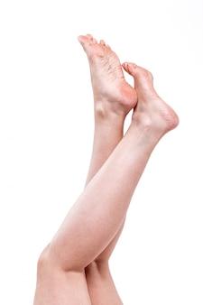 Pele seca e desidratada nos calcanhares dos pés femininos com calos