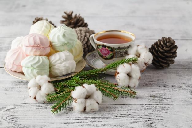 Peles verdes, canela, algodão, close-up de composição de natal
