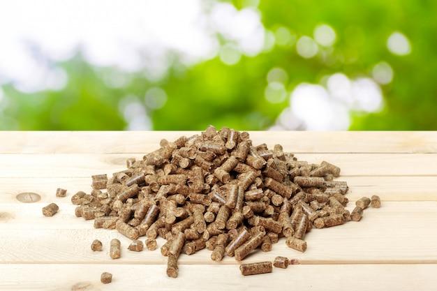 Pelotas de madeira em um verde. biocombustíveis.