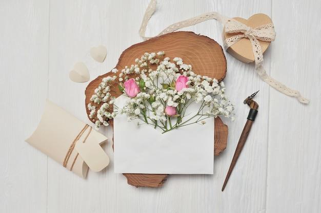 Pena caligráfica um envelope com flores e uma carta, caixa de presente de dia dos namorados coração, cartão de felicitações