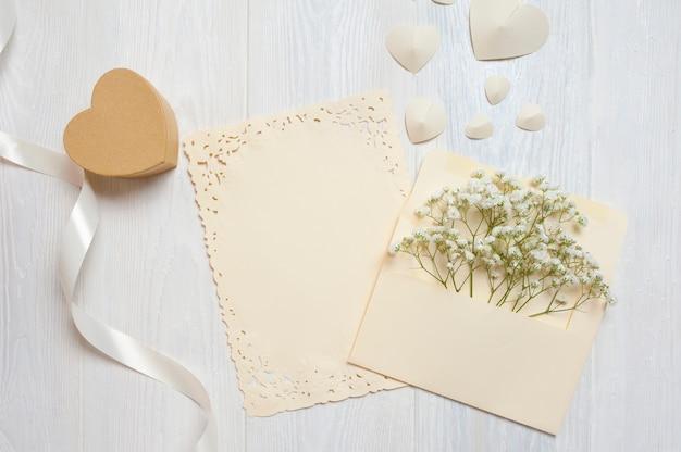 Pena caligráfica um envelope com flores e uma carta, cartão de caixa de presente para o dia dos namorados