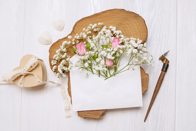 Pena caligráfica um envelope com flores e uma carta