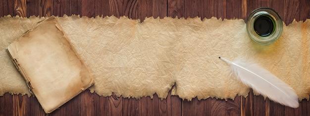 Pena com tinta perto do pergaminho antigo, plano de fundo para texto em alta resolução