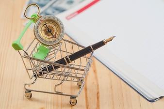 Pena de fonte em linha do conceito do negócio no carrinho de compras.