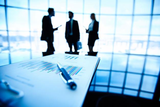 Pena e relatório sobre a mesa de escritório