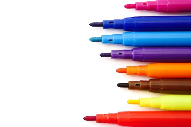 Penas coloridas mágicas em um fundo branco. espaço livre para o texto