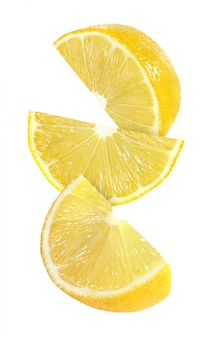 Pendurado, caindo e voando pedaço de frutas de limão isolado