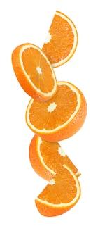 Pendurado, caindo e voando pedaço de frutas laranja, isolado no fundo branco com traçado de recorte